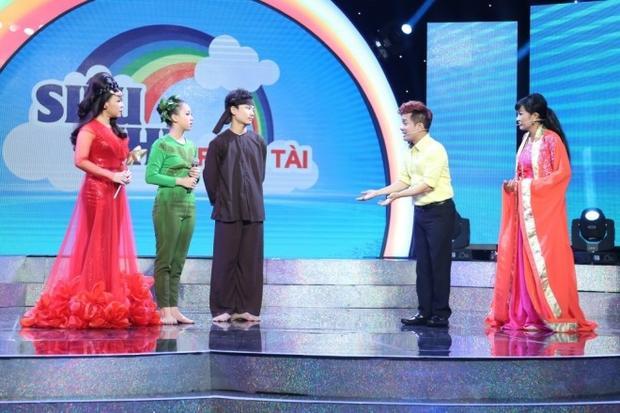 Bé Kim Thư khiến Phương Thanh và Minh Nhí thót tim với màn đu vòng trên cao
