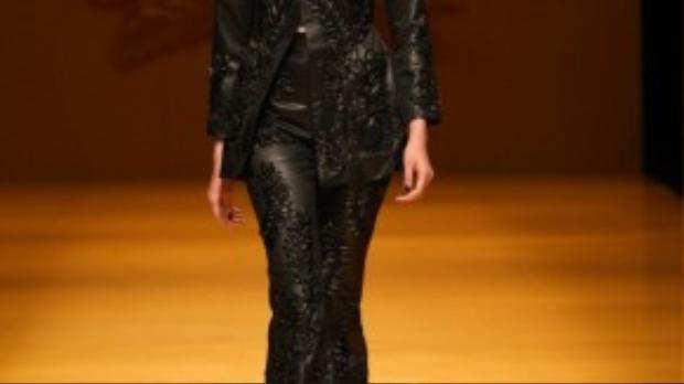 """Sáng nay 15/3, theo giờ Việt Nam, Kim Nhung - nữ người mẫu cao 1m78 sẽ vào vị trí first face và vị trí vedette cuối cùng cho BST No.9 mang tên """"Lúa"""" tại Tokyo Fashion Week của NTK Công Trí. Cô tin vào sự chuẩn bị kĩ lưỡng, tâm huyết của Công Trí trong từng thiết kế."""