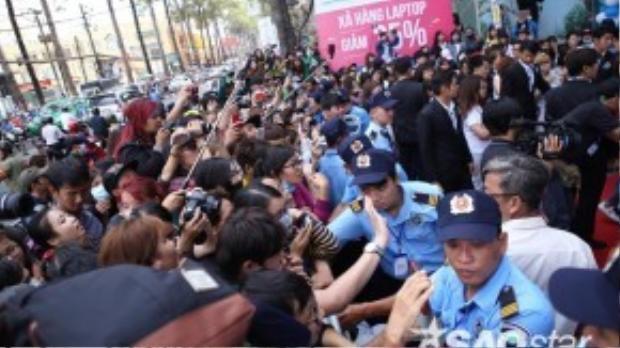 Hàng rào sắp sụp đổ dưới sức mạnh và sự cuồng nhiệt của các fan
