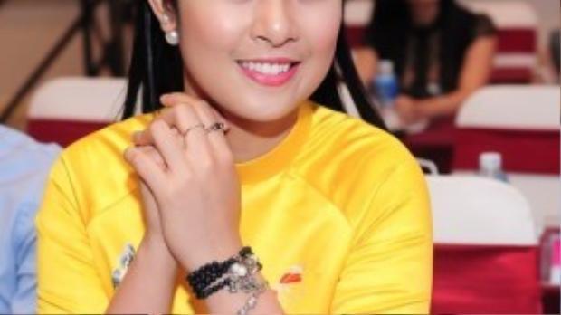 Ngọc Hân - Hoa hậu Việt Nam 2010 thu hút chẳng ít sự chú ý từ người đối diện với tà áo dài vàng.