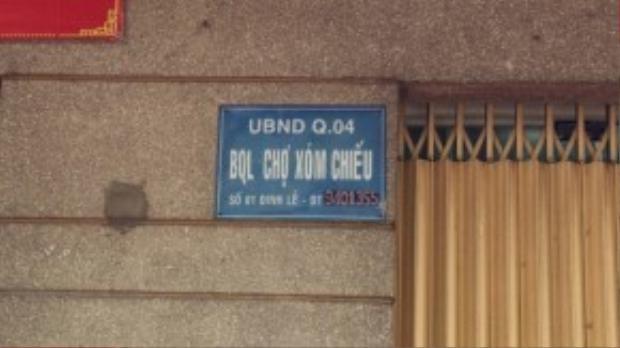 """Chiếc bảng """"đặt gạch"""" của Ban quản lý chợ Xóm Chiếu tại số 01 Đinh Lễ."""