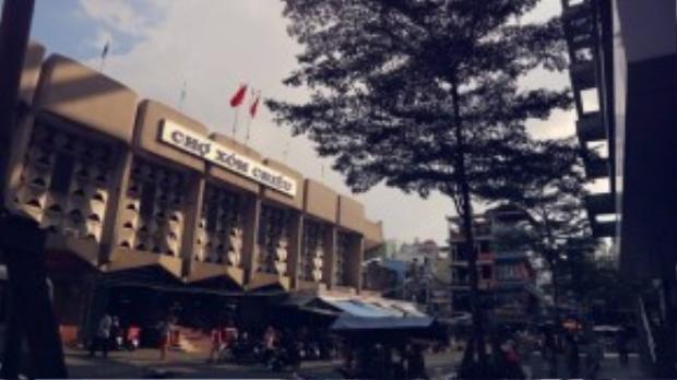 Đối diện chợ Xóm Chiếu là cao ốc Đinh Lễ. Ngôi chợ còn là một trong những điểm ăn uống nổi tiếng của Sài Gòn.