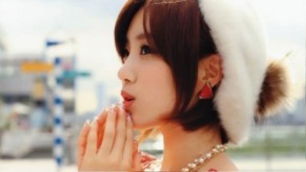 Eun Jung sử dụng tông cam mọi lúc và chính gam màu này cùng mái tóc ngắn đã giúp cô trẻ trung hơn rất nhiều so với tuổi.
