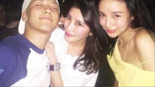 Kim Lim (ngoài cùng) và Chryseis Tan chụp hình với Seung Ri của Big Bang.