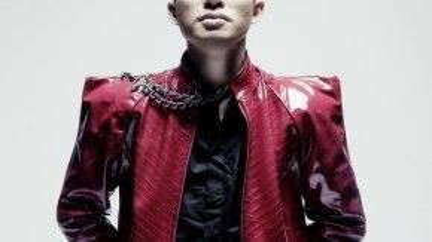 Tùng Dương vốn nổi bật với cá tính âm nhạc mạnh mẽ cũng như phong cách thời trang đặc biệt theo xu hướng 'quái lạ' của mình. Anh là một trong những nam ca sĩ có sự nghiệp âm nhạc thành công nhất của làng nhạc Việt.