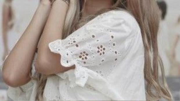 Ngoài ra, son môi với gam màu tươi sáng cũng là lựa chọn thường xuyên của Qri.