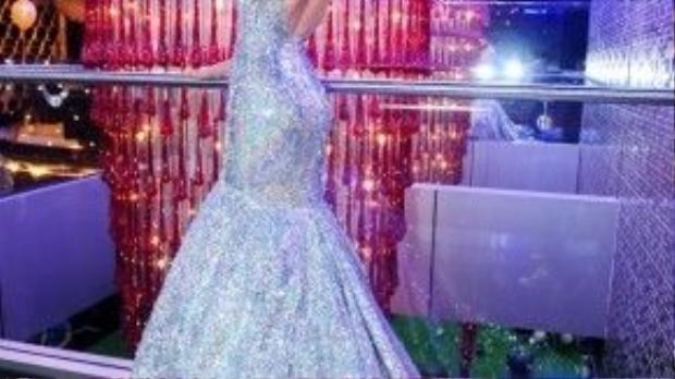 Giải vàng Siêu mẫu Việt Nam 2013 ghi điểm với bộ đầm dạ hội lấp lánh tôn dáng chuẩn của NTK nổi tiếng Lý Quí Khánh. Đây cũng là trang phục từng được người đẹp diện trong đêm chung kết Hoa hậu Thế giới hồi cuối năm ngoái.