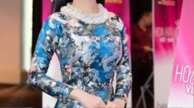 Ái Phương vô cùng nổi bật trong trang phục áo dài cách tân, mang đậm tinh thần Việt - một thiết kế của NTK Thủy Nguyễn.