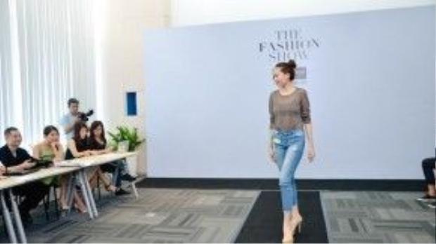 """Tại buổi casting, để được chọn làm gương mặt đại diện cho các nhà thiết kế giới thiệu những bộ trang phục ấn tượng đến khán giả, bên cạnh việc thể hiện khả năng trình diễn tự tin, phá cách trên sân khấu, các chân dài phải biết cách thể hiện """"Phong cách Fearless"""" của bản thân bằng ngôn ngữ của mái tóc."""