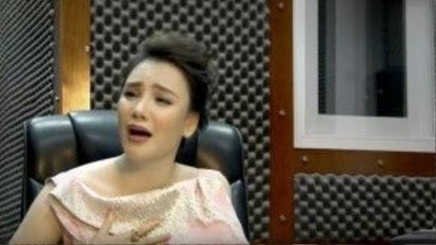 Những giây phút sâu lắng của cô khi thể hiện ca khúc Hoa cúc vàng của nhạc sĩ Thanh Tùng.