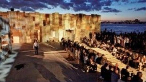 Sàn diễn ngoài trời bên dòng sông Hudson ở New York của Givenchy
