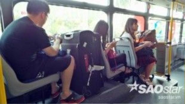 Xe chỉ có 16 ghế ngồi và phía trước có khoảng trống khá rộng, đủ cho khách để nhiều hành của mình, không sợ thất lạc hay mất cắp. Trên xe có 2 camera an ninh kết nối với trung tâm quản lý để ngăn ngừa tình trạng cướp giật, móc túi người đi xe.