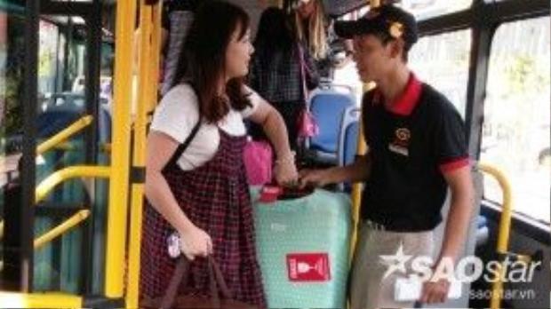Nhân viên trên xe phải đủ trình độ tiếng Anh giao tiếp với khách là người nước ngoài. Họ phải chủ động tiếp xúc, giúp đỡ và tươi cười với hành khách. Nhân viên xe buýt chia sẻ, do mới khai trương nên lượng khách khá ít, chủ yếu khách du lịch nước ngoài đến Việt Nam và có nhu cầu lưu trú ở khu phố Tây.