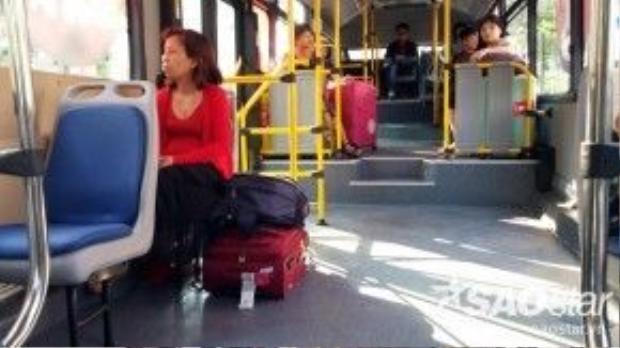 """Theo nhiều hành khách, xe rộng rãi nhưng lượng ghế quá ít nên khi cao điểm thì nhiều người phải đứng. Giá vé xe buýt """"5 sao"""" cao gấp 4 lần so với xe buýt thường nên người dân TP HCM không hào hứng lựa chọn, chủ yếu là khách nước ngoài sử dụng loại hình này. """"Nhiều khách Việt lên xe khi nghe giá thì rất bất ngờ vì cao gấp nhiều lần giá thường. Chúng tôi phải giải thích cho khách hiểu hoặc dừng xe ở trạm kế tiếp để khách chọn xe khác mà không lấy tiền"""", nhân viên xe buýt kể."""