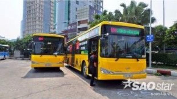 """Đây là tuyến xe buýt cao cấp, được đánh giá """"5 sao"""" đầu tiên hoạt động tại TP HCM với nhiều tiện ích cho hành khách. Hiện có 6 xe buýt loại này được đưa vào sử dụng. Theo nhân viên phục vụ, đây là loại xe được đặt riêng ở Hàn Quốc với giá thành hơn 2 tỷ đồng/xe."""