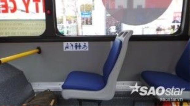 Có tổng số 16 ghế hành khách được lắp đặt trên xe với khung nhựa lót nệm khá sang trọng và thoải mái. Tuy nhiên, nhiều khách đánh giá số lượng ghế quá ít so với nhu cầu. Khi cao điểm, xe có thể chở gần 70 hành khách nên lượng ghế không đáp ứng được trên hành trình.
