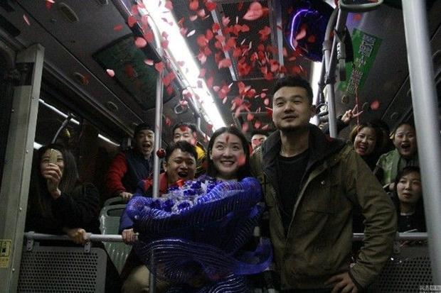 Màn cầu hôn khiến bạn tin vào định mệnh và năng đi xe buýt hơn