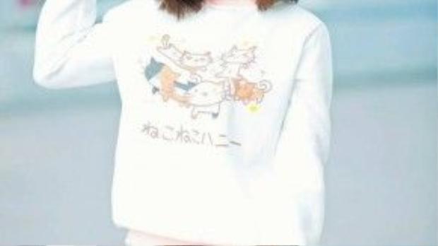 """Một mái tóc bấm xù đi cùng màu son cam đào sẽ giúp các cô gái trở nên tinh nghịch và """"quậy"""" hơn một tí."""