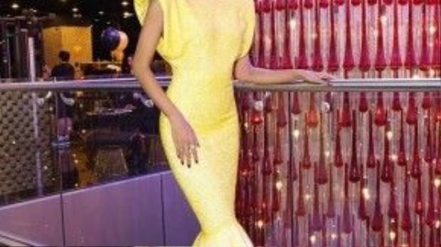 Bộ váy dáng đuôi cá được thiết kế rất cầu kỳ với điểm nhấn tập trung vào phần vai ngang nhìn lạ mắt.