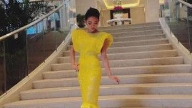 Được biết chiếc váy mà cả hai mỹ nhân chọn để tham gia sự kiện đều được thiết kế dưới bàn tay của NTK Lý Qúi Khánh, và cả hai người đẹp đều lựa chọn cách trang điểm đậm như nhau.
