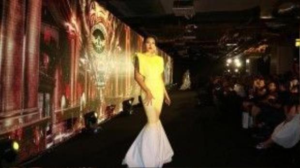 Xuất hiện tại một sự kiện vừa qua diễn ra tại Tp. HCM, Minh Triệu gây chú ý cho nhiều tín đồ thời trang lẫn các photographers khi diện bộ váy thiết kế dáng đuôi cá, ánh vàng ôm sát cơ thể làm tôn lên làn da nâu giòn của cô nàng.