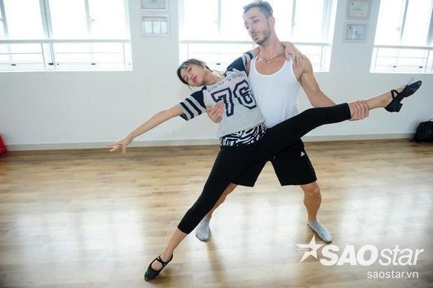 Diệu Nhi quên bài nhảy lung tung, Khánh Thi ra tay giúp đỡ