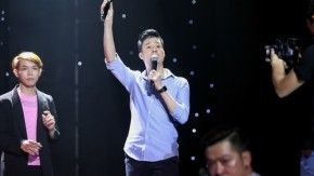 HLV Quang Dũng tất bật trên sân khấu chuẩn bị cho các thí sinh của mình.
