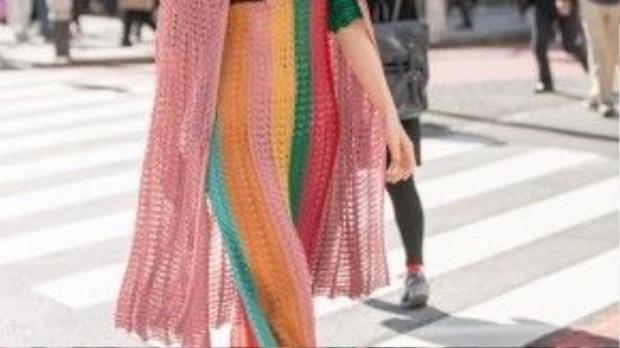 Hồ Ngọc Hà diện thiết kế mới nhất từ nhà mốt Gucci mùa Xuân Hè với chất liệu vải lưới. Vốn là một fashion icon chính hiệu, Hà Hồ không bó buộc mình trong một phong cách mà muốn thử nghiệm nhiều điều mới mẻ. Tuy nhiên, lần thử nghiệm này của Hà Hồ có vẻ không như mong đợi. Có nhiều người cho rằng nữ hoàng giải trí cực thu hút với outfit này, nhưng cũng có người nhận xét nữ ca sĩ thiếu đi hẳn sự tinh tế dù diện đồ hiệu trăm triệu.