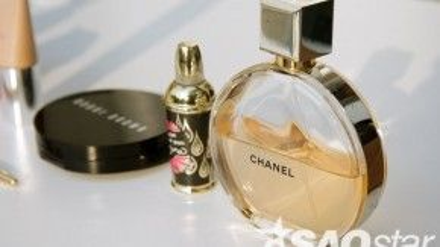 Hai chai nước hoa Chanelvà Benefjt mang đến sự quyến rũ ngọt ngào khó cưỡng cho Hà Kino. Giá của chai nước hoa Chance Eau Vice vào khoảng 2.500.000 VNĐ.