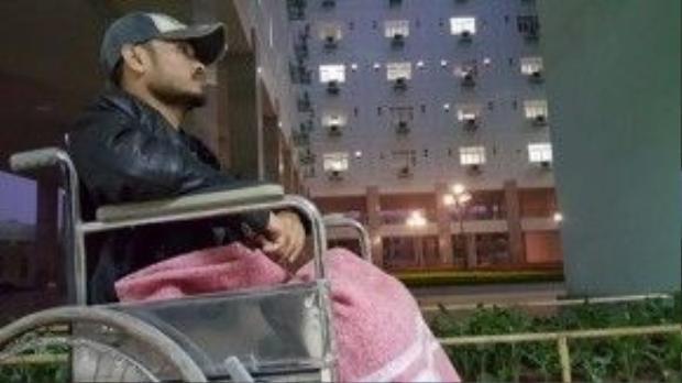 Anh ngồi xe lăn trước giờ tổng duyệt Đôi bàn tay thắp lửa. Người ta đã tự hỏi, liệu Trần Lập có thể đứng trên sân khấu một lần nữa.