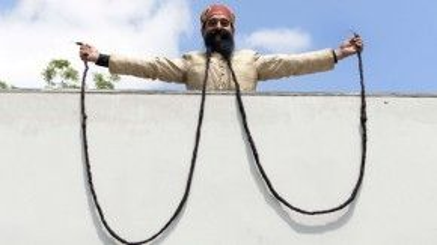 """Với một bộ râu dài 427cm, ông Ram Singh Chauhan đến từ Ấn Độ đã đạt kỷlục Guinness với danh hiệu """"người đàn ông sở hữu bộrâu dài nhất thế giới"""". Ắt hẳn ông cũng phải rất khổ sở mới có thể giữ chorâu mình không phải """"lê lết"""" trên sàn nhà hay đau đầu suy nghĩ về việc nên đặt chúng ở đâu cho tiện để tận hưởng một giấc ngủ ngon."""
