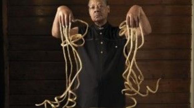 """Melvin Boothe được ghi danh vào sách kỷ lục Guinness thế giới nhờ vào bộ móng tay dài nhất quả đất của mình. Móng tay dài nhất của ônglên đến9,85m. Thật làngầu! Nhưng nhiều người cũng thắc mắcBoothe sẽ lái xe, ăn uống vàsinh hoạt ra sao với bộ móng """"khủng"""" ấy. Tuy nhiên, ông đã không còncơ hội biết được ai sẽ là người đánh bại kỷlục của mìnhbởi ông đã qua đời vào tháng 12/2009."""