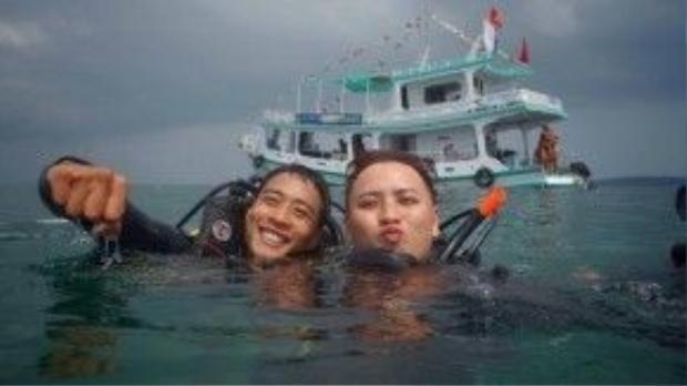 """Diễn viên Linh Sơn của """"Hot boy nổi loạn"""" và nhà thiết kế Văn Thành Công đangthử sức với bộ môn lặn. Dù làm việc ở nhữnglĩnh vực khác nhau nhưng cả hai đều có chung niềm đam mê với lặn và khám phá biển."""