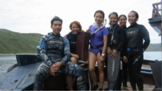 Nhật Anh - Ngọc Anh (ngoài cùng bên trái) cùng những người bạn trong câu lạc bộ lặn biển.