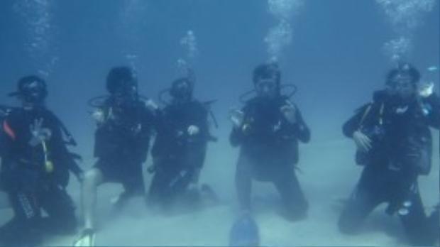 Còn Nhật Anh - chuyên huấn luyện lặn tự do thì tiết lộ nguyên nhân khiến người Việt chưa tự tin lặn biển là do đa phần sống trong môi trường ô nhiễm, hay bị dị ứng thời tiết, bị cảm dẫn đến tai không cân bằng được nên lúc lặn thường bị chúi đầu xuống sâu.