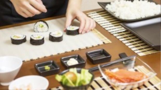 Nữ đầu bếp ở Nadeshiko Sushi và món sushi do cô làm ra.