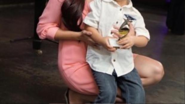 Evan và mẹ cùng giải thưởng Vstar danh tiếng.