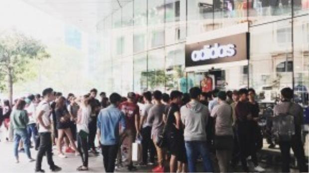 Hình ảnh các bạn trẻ Việt xếp hàng tại cửa hàng adidas ở Tòa nhà Bitexco, TP Hồ Chí Minh chờ mua giày.