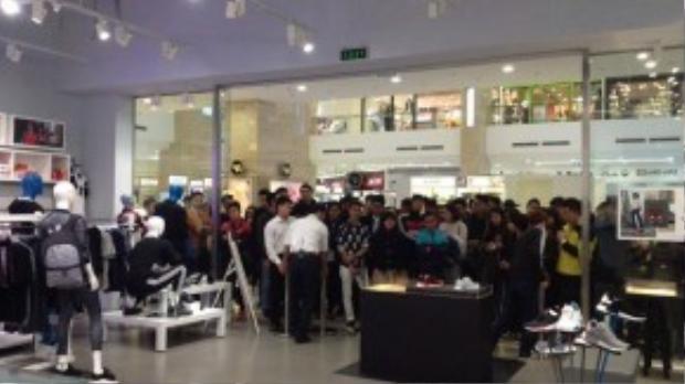 Một số hình ảnh ghi lại cảnh các tín đồ Việt chờ mua các dòng giày khác trước đây của adidas.