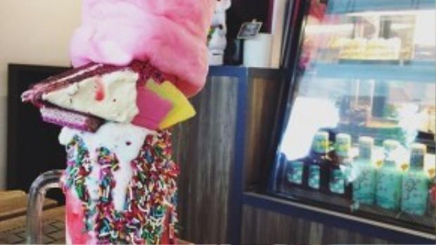 Phiên bản cake-shake màu hồng rất nữ tính, hợp với những ai yêu sự lãng mạn, dễ thương.
