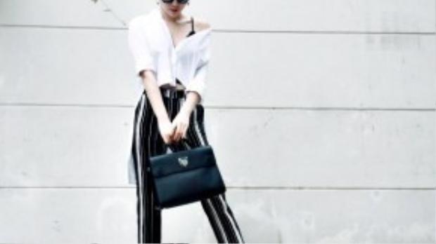 Tóc Tiên rất siêng năng trong việc update những hình ảnh streetstyle mới nhất lên Instagram cá nhân. Cô nàng nhiệt tình lăng xê mẫu áo sơ mi lệch vai ngẫu hứng cùng giày cao gót ánh kim.