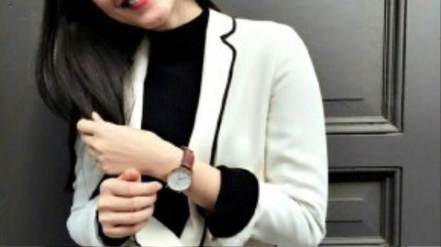 Cô nàng cũng không quên khoe luôn chiếc đồng hồ kiểu dáng basic cùng nụ cười tươi rói.