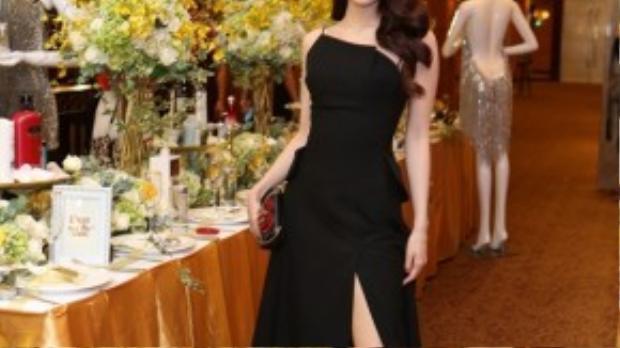 Tại sự kiện tối qua tại TP Hồ Chí Minh, Diễm My 9x đẹp hút hồn trong thiết kế xẻ tà cao ngất của Lâm Gia Khang. Màu son đỏ nâu khiến cô thực sự cao quý và đài các.