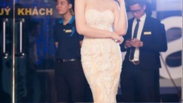 Hoa hậu Ngọc Hân cũng cùng sự kiện tối 17/3 nhưng ở TP Hà Nội, cô khoe vai trần gợi cảm, quyến rũ trong thiết kế của John Kim. Chiếc váy được thêu hoa văn tỉ mỉ và cầu kỳ, giúp cô tôn lên vẻ đẹp thách thức thời gian của mình.