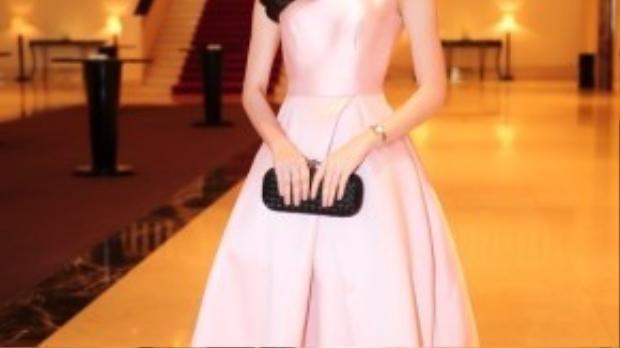 Trong cùng sự kiện hôm 15/3, Đặng Thu Thảo chọn thiết kế váy có phần đơn giản với gam màu pastel củaElise.