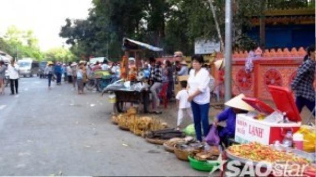 Trước cổng chùa, người bán hàng rong bao quanh dài hàng trăm mét, chèo kéo du khách rất lộn xộn và ồn ào.