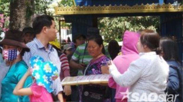Người bán vé số, nhang đèn chèo kéo du khách từ trước cổng vào gần chánh điện chùa.