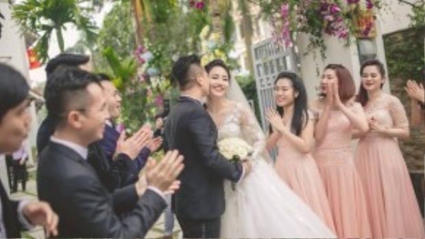 Trước đó trong lễ rước dâu, Trà My mặc một chiếc váy cổ tim tạo dáng hạnh phúc bên ông xã Lê Hoàn