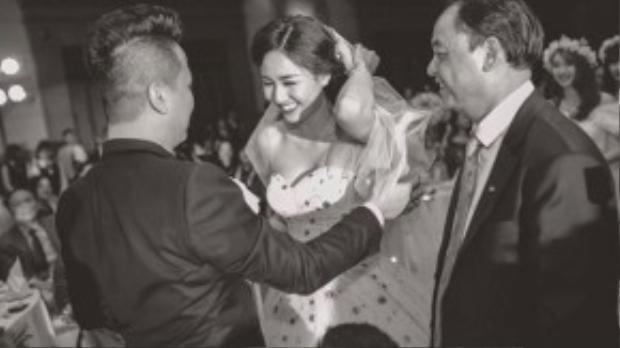 Chiếc váy cưới cúp ngực tôn dáng giúp cô dâu Trà My khoe vẻ đẹp mong manh, gợi cảm