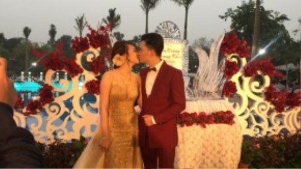 Một khoảnh khắc hôn nhau ngọt ngào khác của Nam Cường - Phương Thảo.